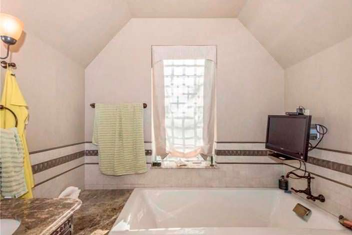 Джакузи с телевизором в ванной комнате