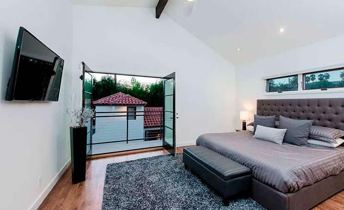 Спальня с балконом в доме Рианны