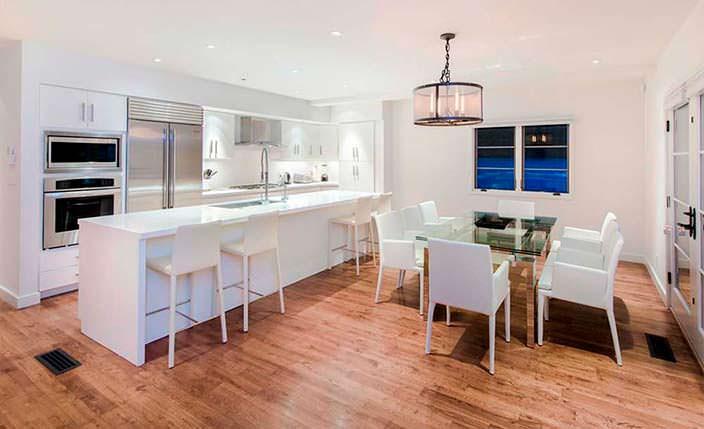 Кухня с барной стойкой в белых тонах