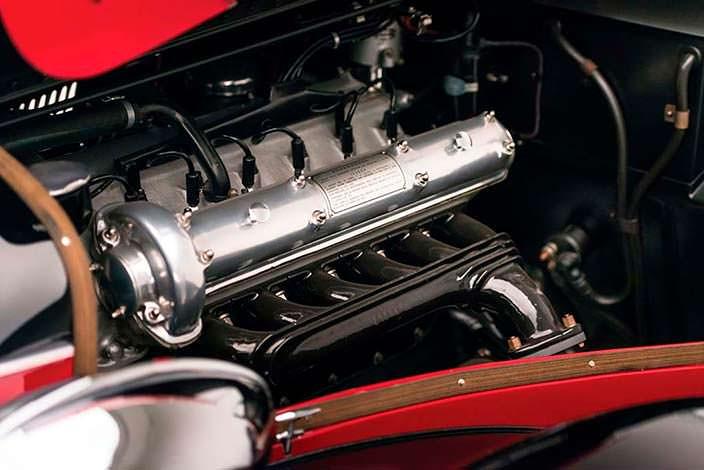Мотор на 110-сил в Alfa Romeo 6C 2500 SS Spider 1942 года