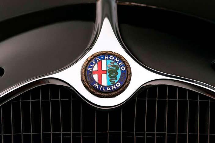 Логотип Alfa Romeo Milano на капоте ретро-родстера