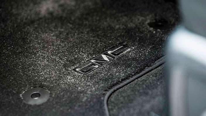 Чёрные напольные коврики внедорожника GMC Yukon Denali