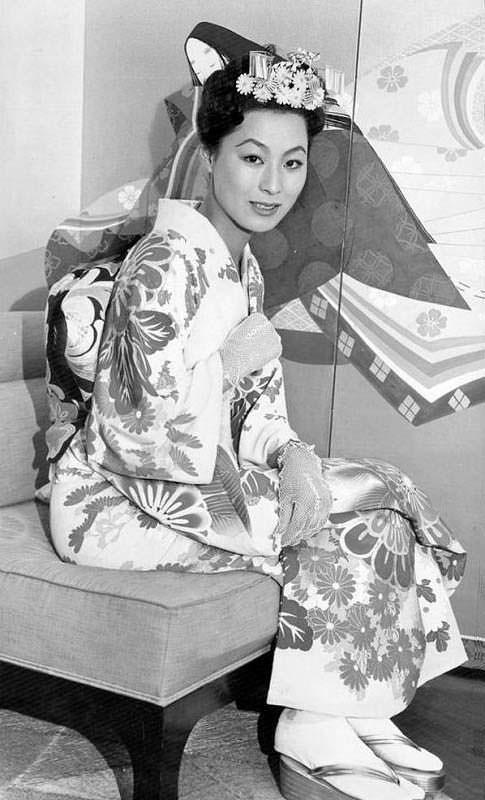 Акико Кодзима в национальном японском костюме