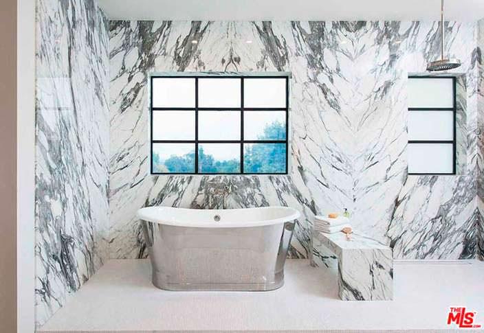 Ванная с мраморным полом и стенами