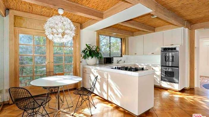 Кухня-столовая в доме 1960-х годов