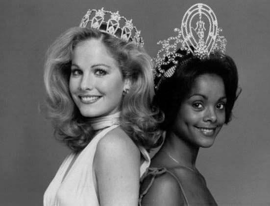 Белая и чёрная королевы красоты Мисс Вселенная 1977