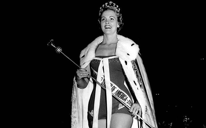 Мириам Стивенсон с короной Мисс Вселенная 1954