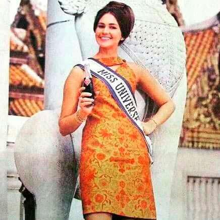 Сильвия Хичкок с бутылкой Crown Cola