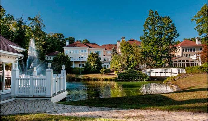 Озеро с фонтаном и беседкой у дома в стиле особняка Playboy