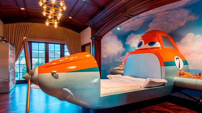 Детская кровать-самолёт в доме миллиардера Томаса Тулла