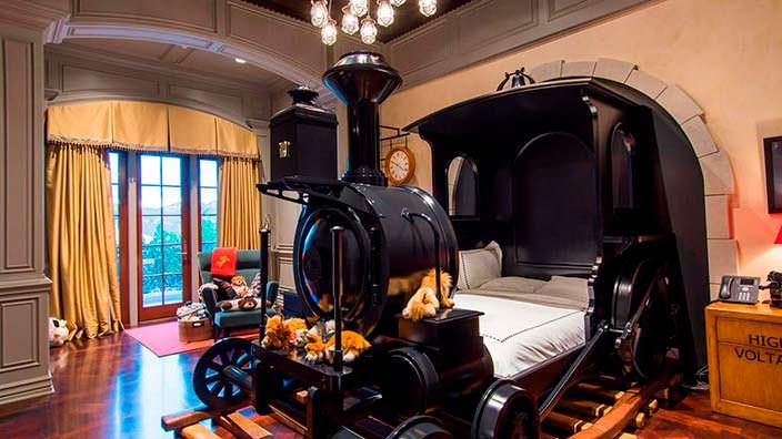 Детская кровать-поезд в доме миллиардера Томаса Тулла