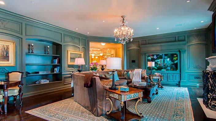 Комната для игры в шахматы и шашки в доме миллиардера