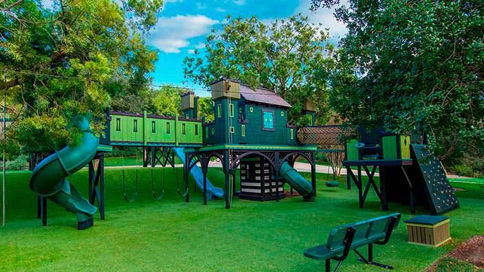 Детская игровая площадка у дома основателя Legendary Pictures