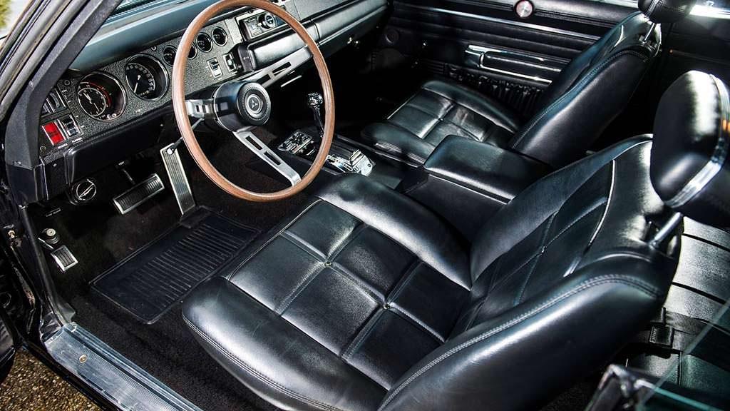 Чёрный салон Dodge Charger 1969 года выпуска