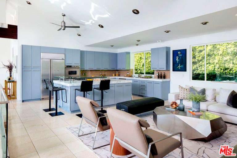 Кухня с островом и барными стульями