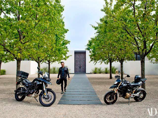 Джастин Теру и его мотоциклы BMW и Ducati у дома в Бель-Эйр