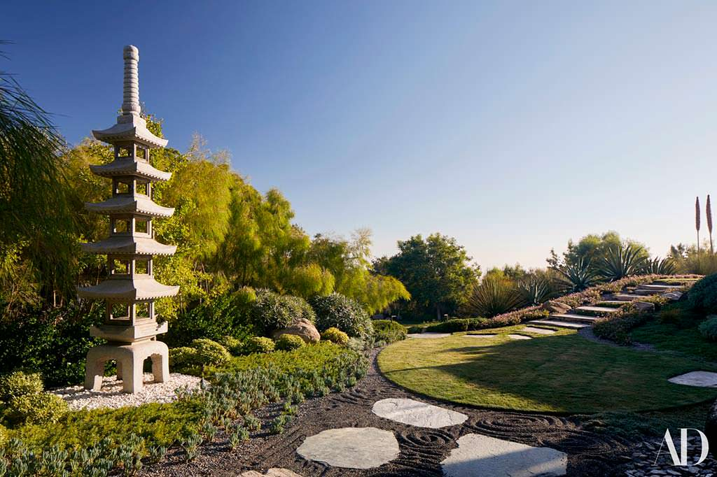 Буддийская пагода в саду Дженнифер Энистон