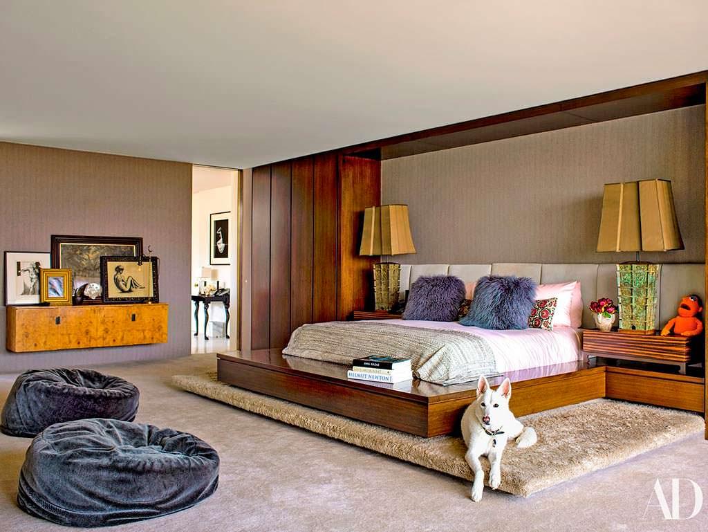 Собака Дженнифер Энистон по кличке Долли в её спальне