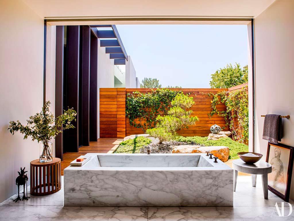 Мраморная ванная комната с видом на сад