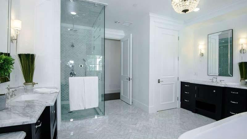 Светло-темный дизайн ванной комнаты