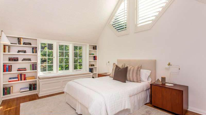 Дизайн спальни с книжными полками