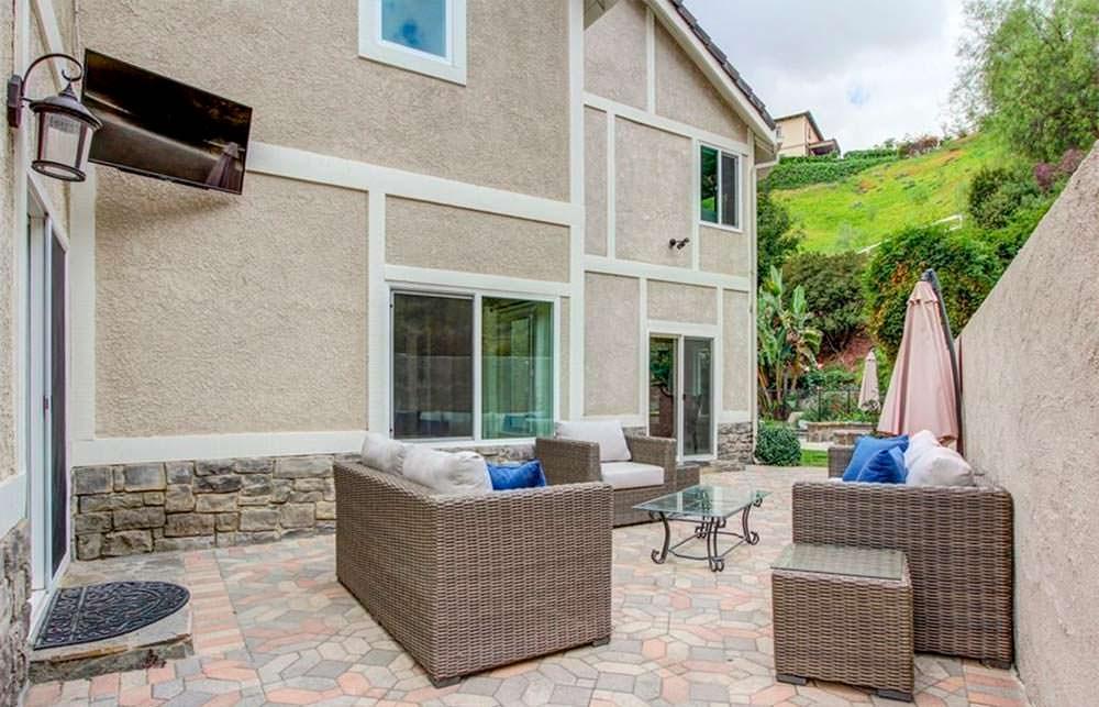 Уличный диван у дома Шакила О'Нила