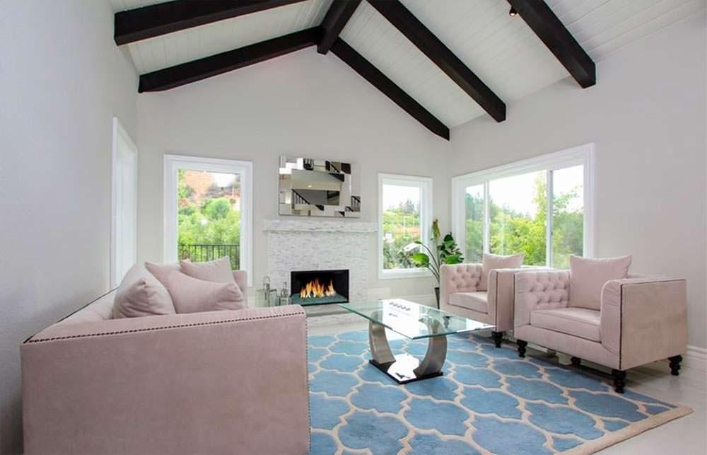 Дизайн комнаты с камином и сводчатым потолком