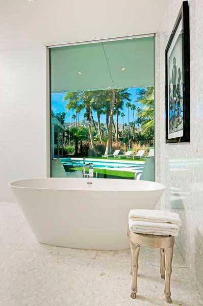 Ванная с видом на бассейн