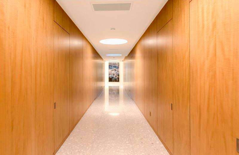 Длинный холл с деревянными панелями