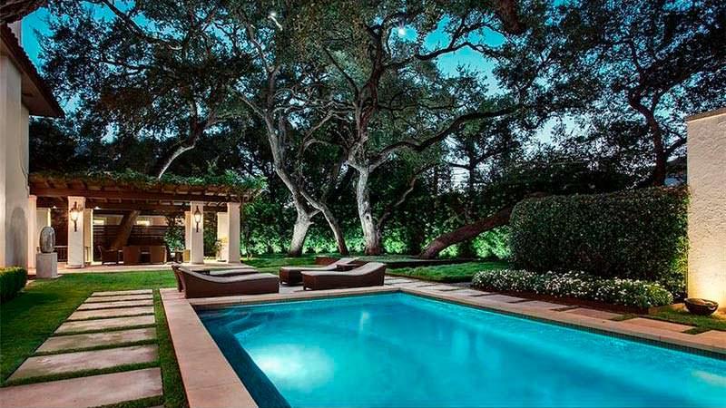 Плавательный бассейн на заднем дворе дома