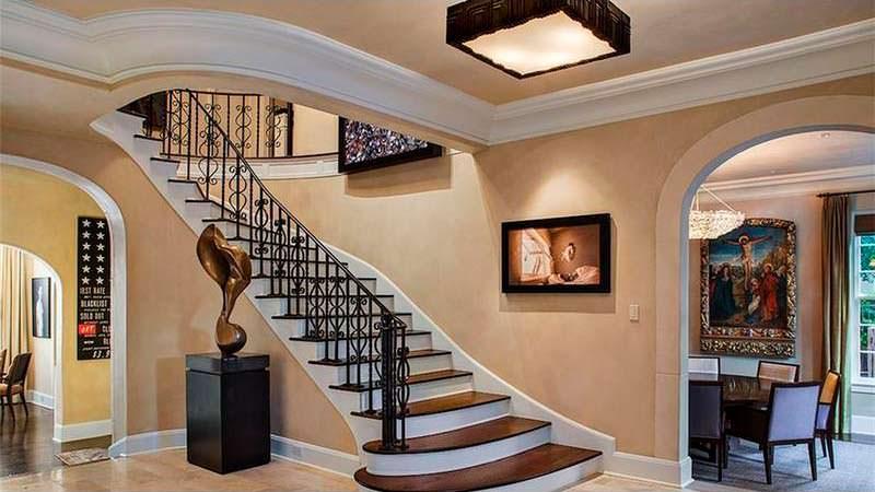Парадная лестница в доме Лэнса Армстронга