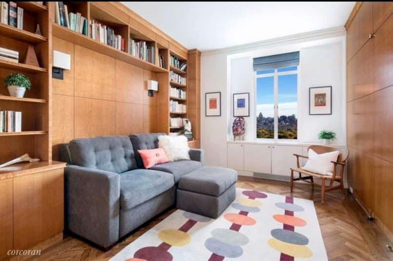 Библиотека с деревянными панелями в квартире