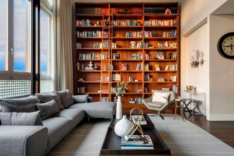 Книжные полки в дизайне гостиной с камином