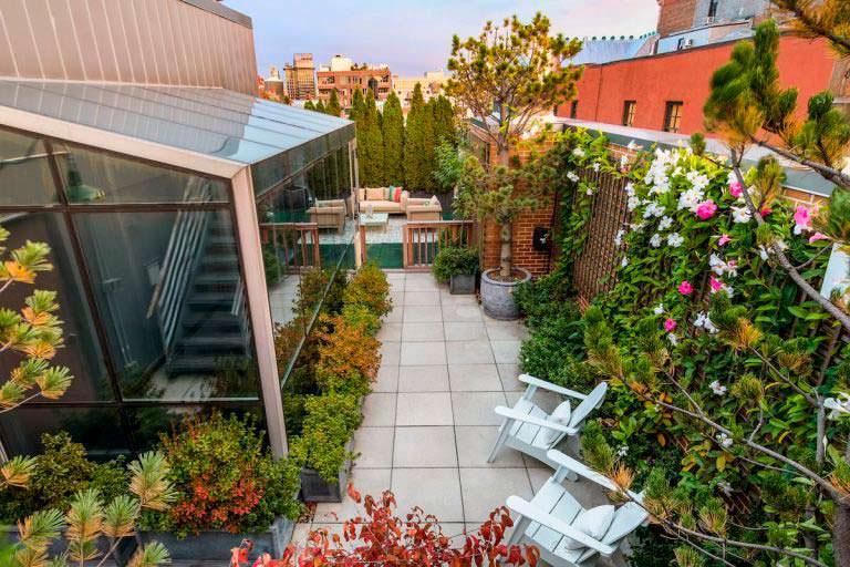Терраса с садом на крыше многоквартирного дома