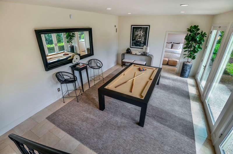 Игровая комната с бильярдным столом в доме Анастейши