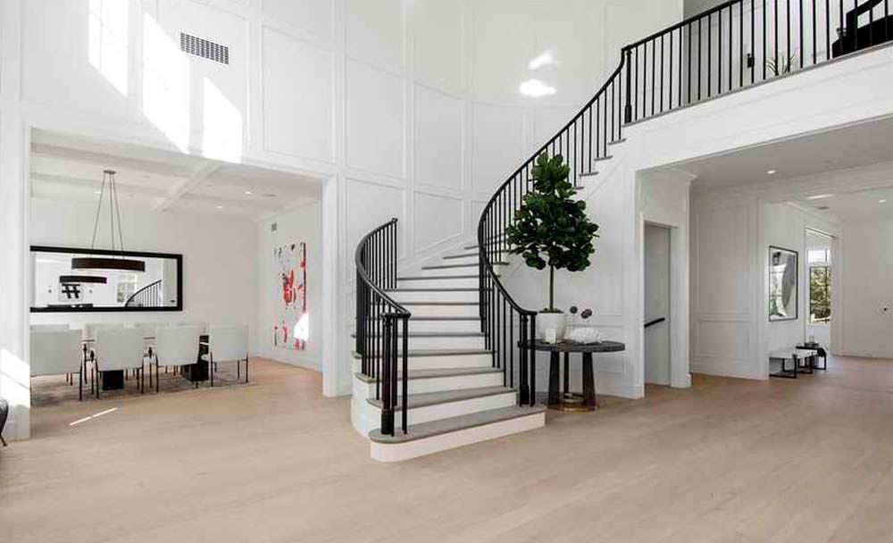 Широкая изогнутая лестница в зале