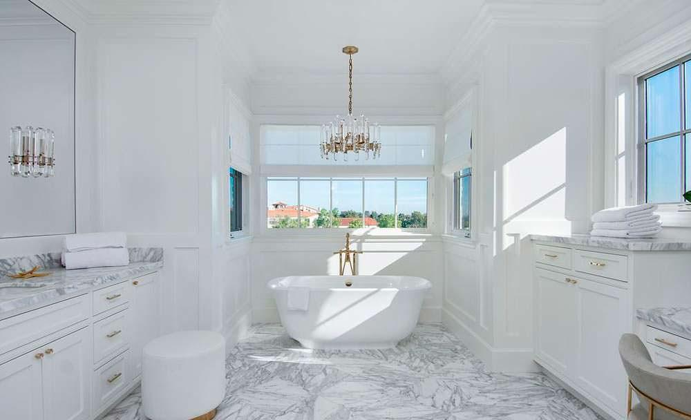 Белый мрамор в отделке ванной комнаты