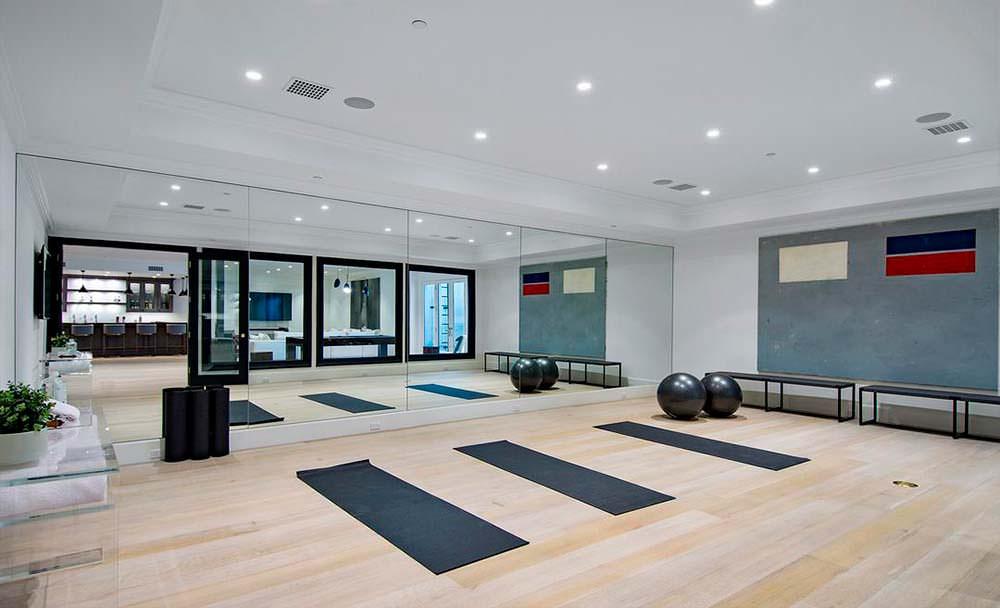 Домашний фитнес-зал с зеркальной стеной