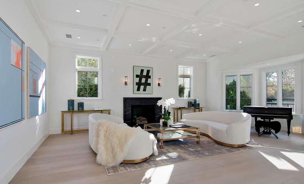 Черный мраморный камин и рояль в дизайне комнаты