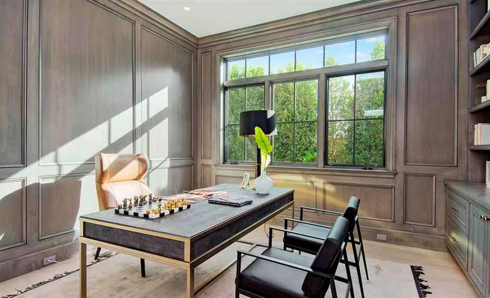 Домашний кабинет с деревянными панелями