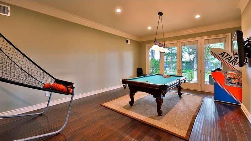 Игровая комната с бильярдным столом