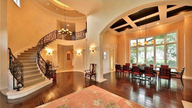 Зал с парадной лестницей в доме Dr. Dre