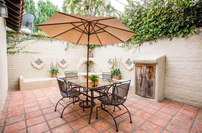 Задний двор с керамической плиткой