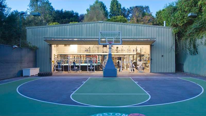 Спортивный комплекс у дома Марка Уолберга