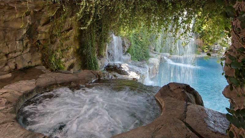 Пещера с джакузи и водопадом