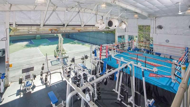 Тренажерный зал из самолетного ангара