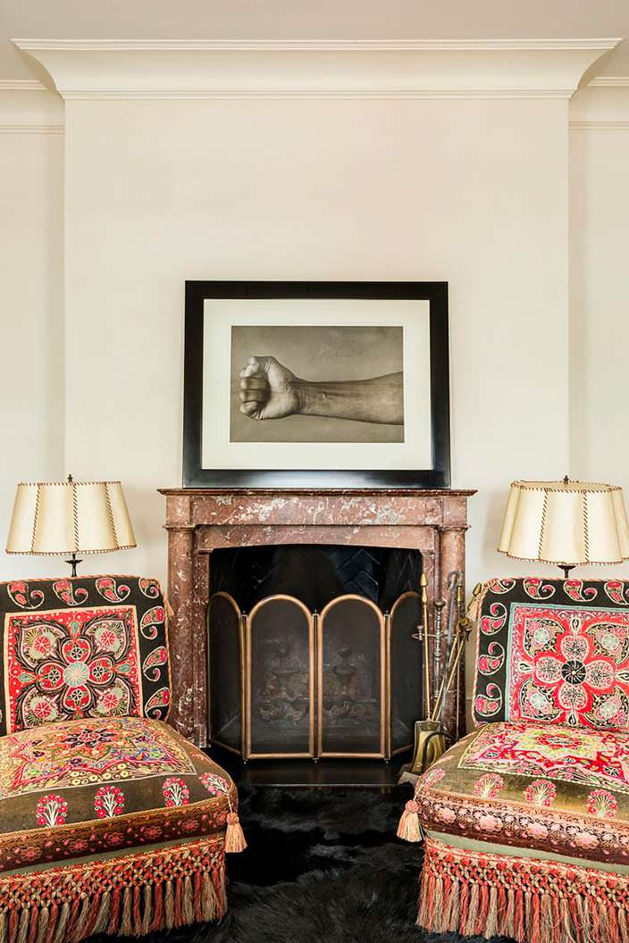Уютный дровяной камин в интерьере квартиры