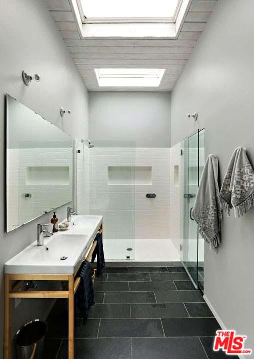 Одна из трех ванных комнат