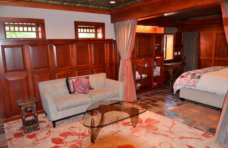 Спальня с гостиной в доме Люси Лью