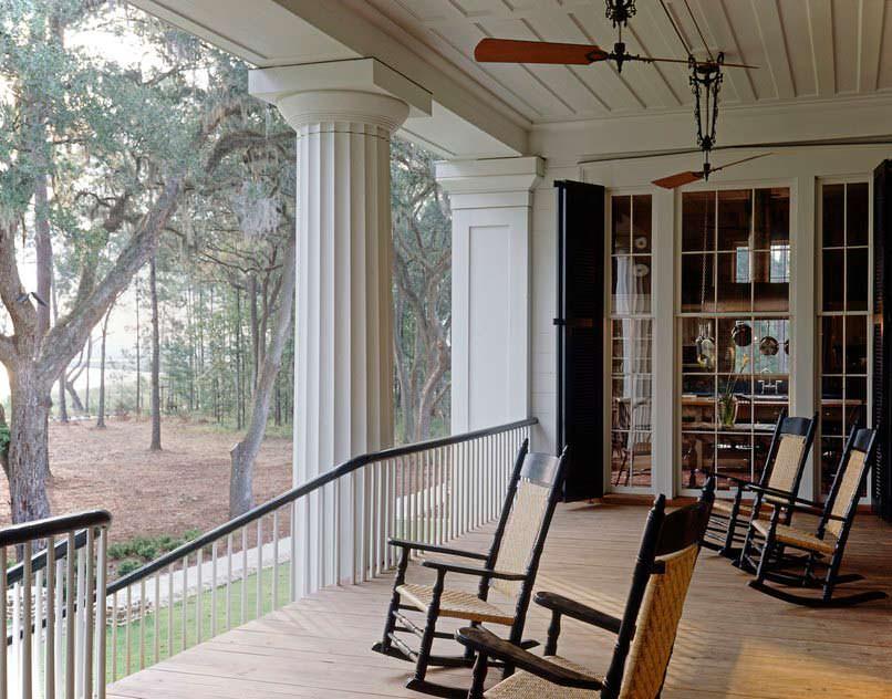Кресла-качалки на крыльце дома